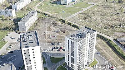 O pátio dentro de quatro edifícios de vários andares filme