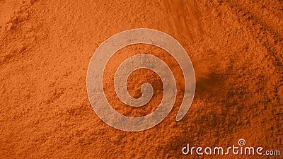 O pó alaranjado derrama na pilha video estoque