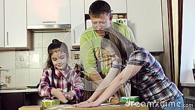O pai da família dá suas filhas, um delas com Síndrome de Down, uma parte de massa video estoque