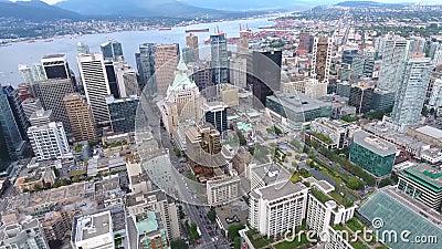 O panorama 4k aéreo de surpresa de arranha-céus e de torres altos do distrito do centro de Vancôver ofereceu a skyline da cidade  filme