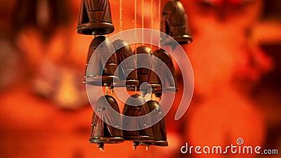 O pendente cerâmico dos sinos chimes a música do vento Vento sadio dos sinos cerâmicos étnicos video estoque