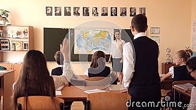 O professor conduz uma lição da geografia vídeos de arquivo