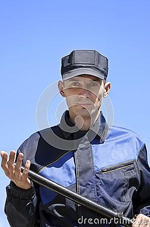 O protetor de segurança com uma moca