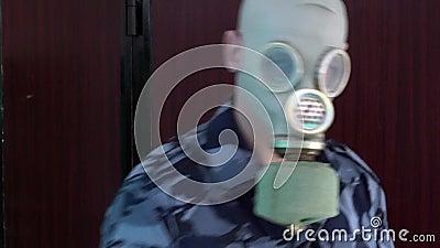 O protetor, vestido no uniforme militar na máscara não passa o homem com a câmera e não quebra então a câmera vídeos de arquivo