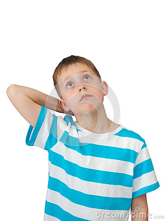 O rapaz pequeno pensa a vista acima