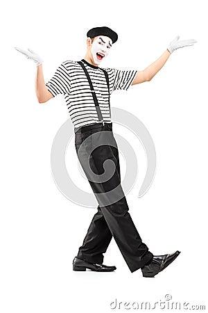 O retrato completo do comprimento de um homem mimica o dançarino que gesticula com mãos