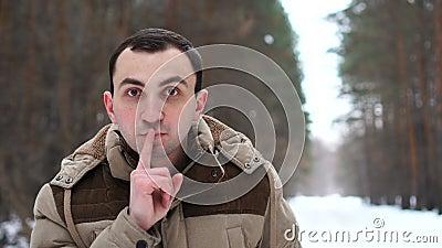 O retrato do homem novo no revestimento está fazendo para silenciar o gesto O homem est? na floresta do inverno video estoque