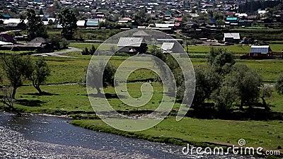 O rio flui perto do campo vídeos de arquivo
