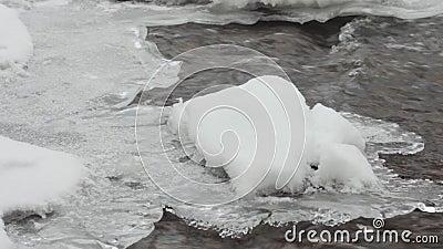 O rio turbulento no inverno Silhueta do homem de negócio Cowering Fundo da natureza filme