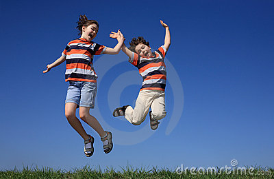 O salto dos miúdos ao ar livre