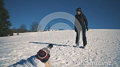 O Snowboarder ou o esquiador e o fotógrafo fazem a sessão de foto no tiro meados de da estância de esqui filme