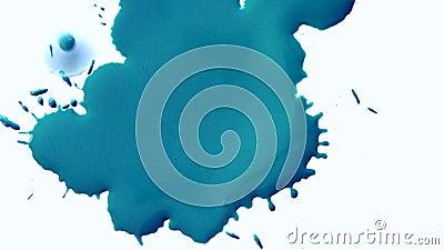O sumário da tinta azul mancha o fluxo em uma superfície branca filme