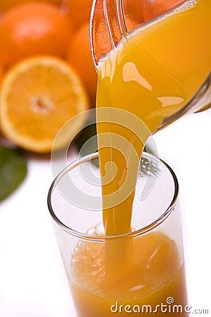 O sumo de laranja derramou dentro um vidro