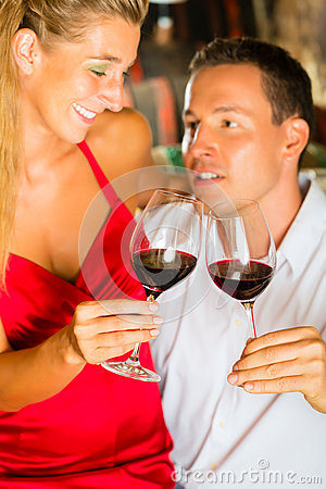 O tasking do homem e da mulher wine na adega