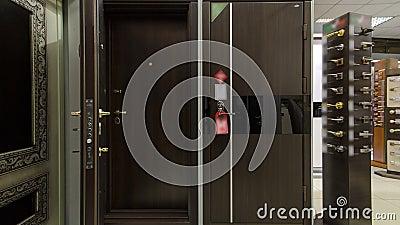 O timelapse de madeira da porta da rua para o movimento do interior da casa com janelas Tiro interior de Front Door de madeira video estoque