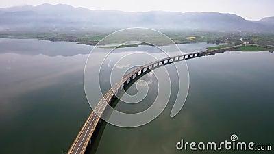 O tiro aéreo do iin da ponte do rio a área de Velvento, Kozani, Grécia, move-se para a frente pelo zangão vídeos de arquivo