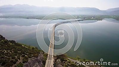 O tiro aéreo do iin da ponte do rio a área de Velvento, Kozani, Grécia, move-se para a frente pelo zangão filme