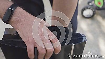 O trabalhador desmonta o console do jogo e desparafusa os parafusos filme