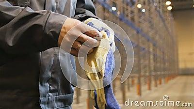 O trabalhador do close up do movimento lento no uniforme calça luvas video estoque