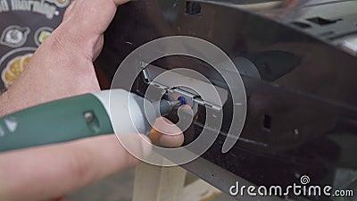 O trabalhador repara um fechamento de console de jogos vídeos de arquivo