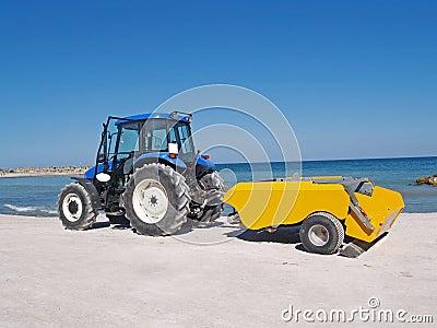O trator limpa a praia