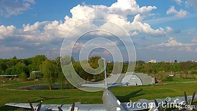 O Tupolev Tu-142 no museu da aviação em Kiev vídeos de arquivo