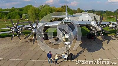 O Tupolev Tu-142 no museu da aviação em Kiev filme