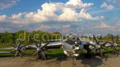 O Tupolev Tu-142 no museu da aviação em Kiev video estoque