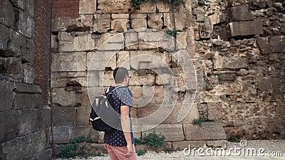 O turista do homem está explorando ruínas do castelo medieval na baixa de Barcelona no dia video estoque
