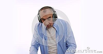O velho nos fones de ouvido, ouvindo música, dançando, sorrindo, alegre Um vovô idoso muito engraçado filme