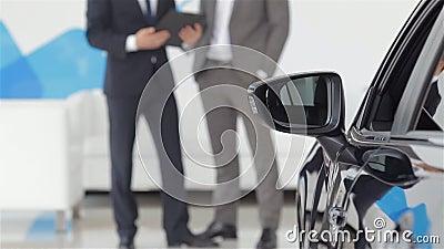O vendedor e o comprador na feira automóvel filme