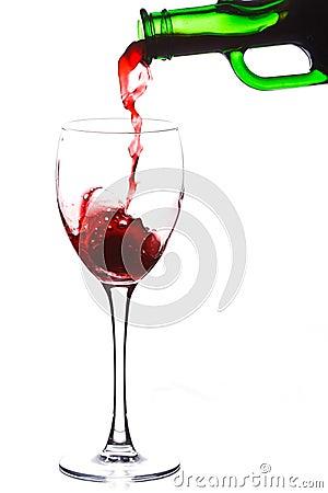O vinho vermelho derrama no vidro