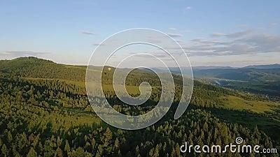 O voo do balão de ar quente através do céu nas montanhas ajardina vídeos de arquivo