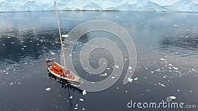 O zangão voa sobre o navio com os povos na baía com iceberg Andreev filme