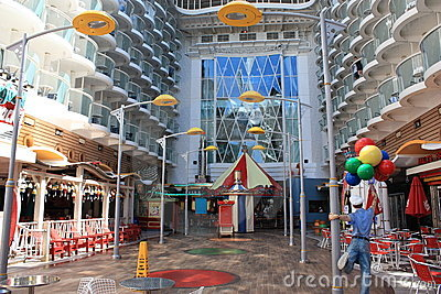 Oasis à bord de promenade des mers Photo stock éditorial