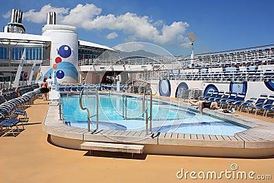 Oasis a bordo de la cubierta de la piscina de los mares Imagen de archivo editorial