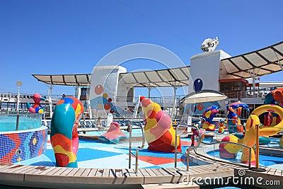 Oasis a bordo de la zona de chapoteo de los cabritos de los mares Foto editorial