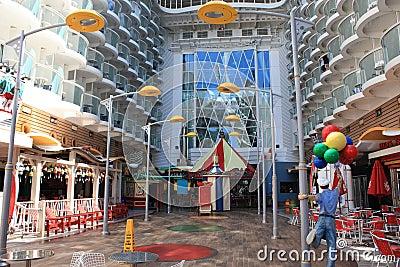 Oasis a bordo del paseo marítimo de los mares Foto de archivo editorial