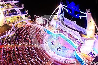Oasis a bordo del teatro del Aqua de los mares Foto de archivo editorial