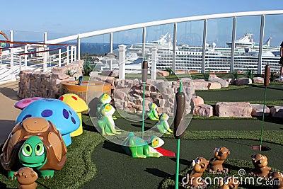 Oasis golf del barco de cruceros de los mares del mini Foto de archivo editorial