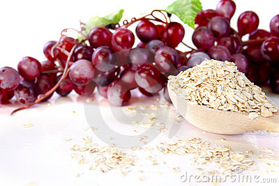Oat flakes and grapes