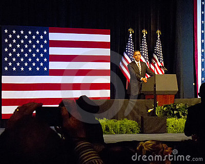 Obama speaks in Front of Flag at the Rally Editorial Stock Image
