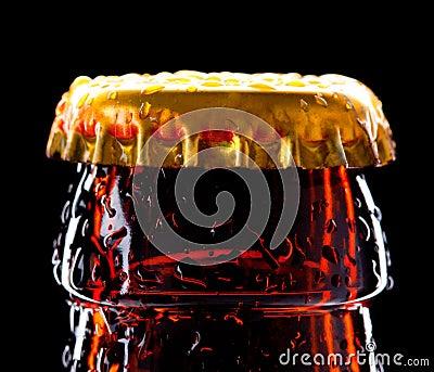 Oberseite der nassen Bierflasche