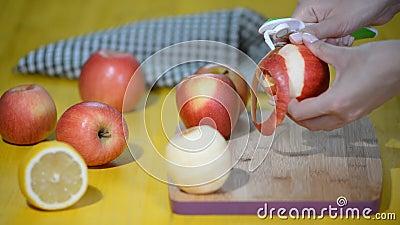 Obierania jabłko Ręka ciący łupy jabłko Proces rozcięcie łupa świeży jabłko Składniki piec jabłczanego tort zdrowa żywność zbiory