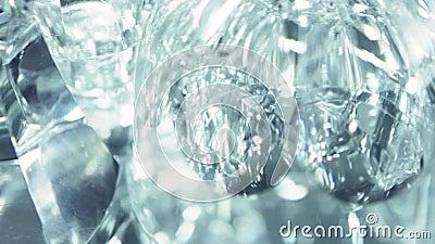 Objetos de cristal con el reflejo almacen de metraje de vídeo