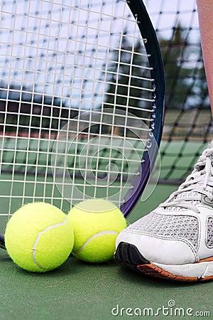 Objetos do tênis com pé do jogador
