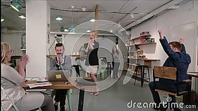 Obsługuje działanie na laptopie odkrywa dobre wieści everyone jest szczęśliwy gratuluje on i oklaskuje biznes drużyna w początkow zbiory wideo