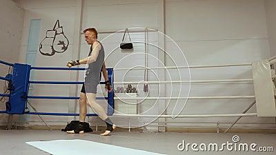 Obsługuje kickboxer robi cartwheel przy pudełko pierścionkiem w walka klubie podczas gdy łoktusza w górę trenować Boksera stażowy zbiory