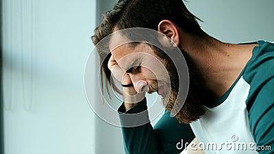 Obsługuje płacz podczas gdy siedzący na łóżku 4k zdjęcie wideo