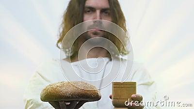 Obsługuje podobnego Jezusowego mienie bochenek chleb i szkło winograd w rękach, communion zbiory